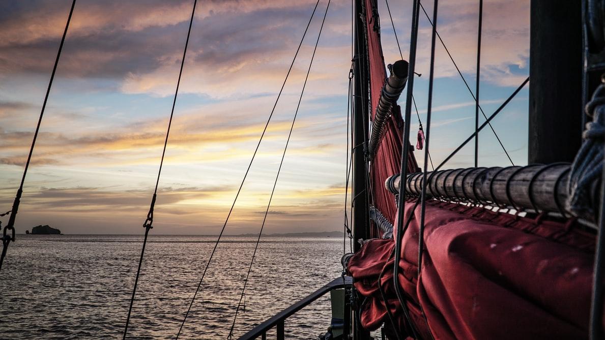 Piratenschiff mit Meer im Hintergrund